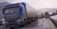Грузовые фуры образовали очередь на дороге, ведущей из Грузии в Россию
