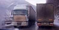 Грузовые трейлеры на дороге зимой в горах