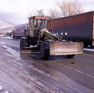 Очистительная техника на дороге в горах зимой