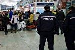 Сотрудники полиции в зале прибытия пассажиров в Тбилисском международном аэропорту