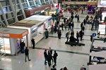 Люди в зале ожидания в Тбилисском международном аэропорту