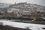 Вид центр Тбилиси зимой в снег от памятника Вахтангу Горгасали