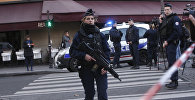 Полицейские заняли позиции за пределами Лувра в Париже