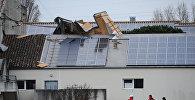 Пожарные ремонтируют крышу школы в Бурсфан-ле-Шапю, после того как на ней были разрушены солнечные батареи во время шторма, Франция