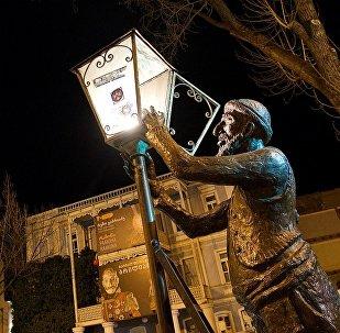 Памятник фонарщику в историческом центре Тбилиси