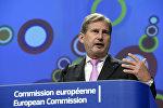 Европейский комиссар по вопросам расширения и политики добрососедства Йоханнес Хан выступает в штаб-квартире Комиссии Европейского союза в Брюсселе