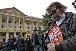 Участница митинга в поддержку телекомпании Рустави 2 у здания Тбилисского городского суда