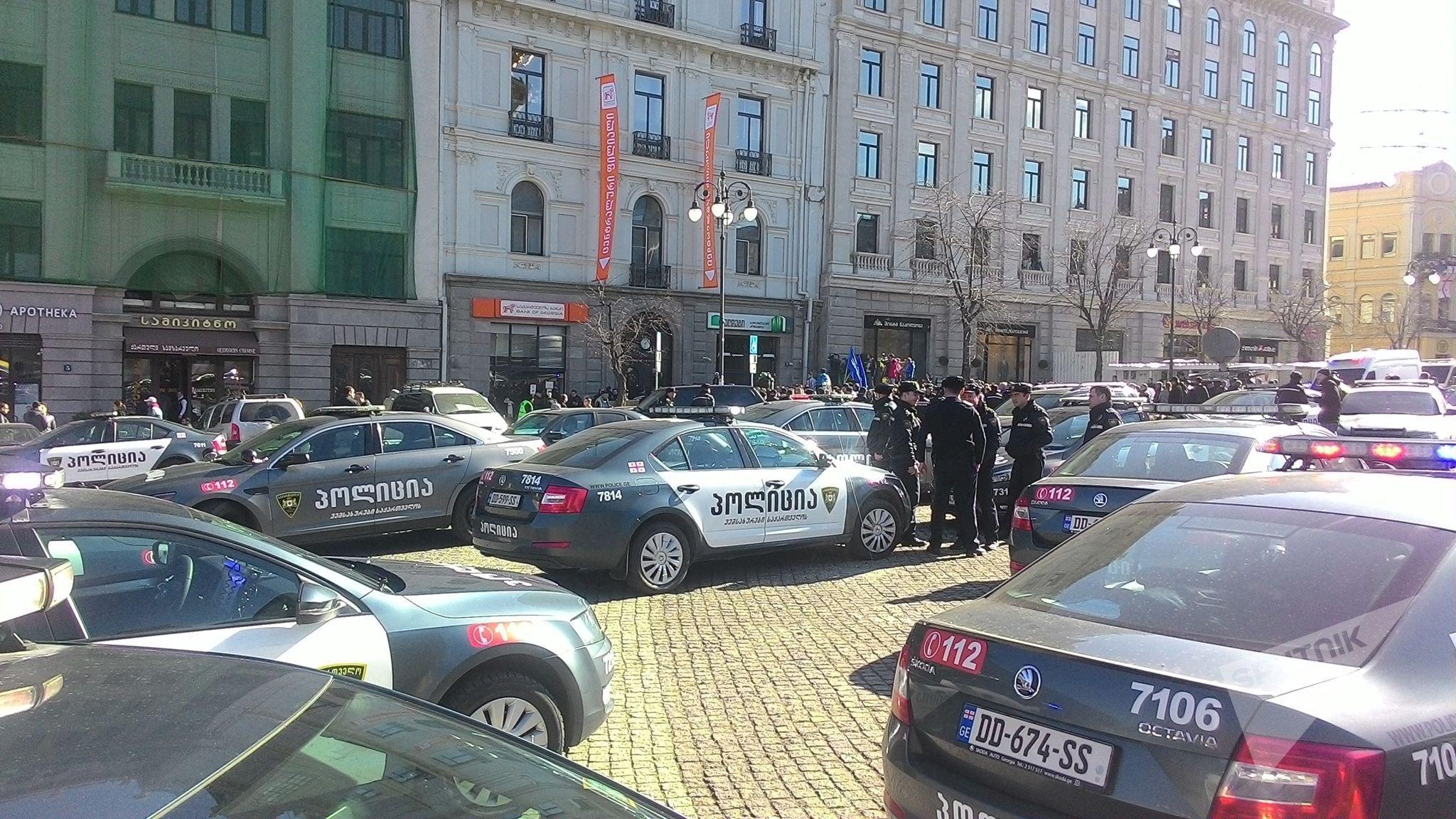 საპატრულო პოლიციის ეკიპაჟები საქართველოს ბანკის შენობასთან საპროტესტო აქციაზე