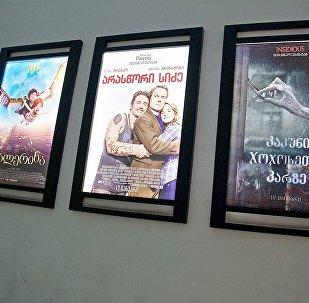 Мониторы с анонсами кинофильмов в одном из тбилисских кинотеатров