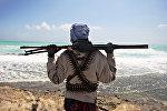 Вооруженный пират на береговой линии