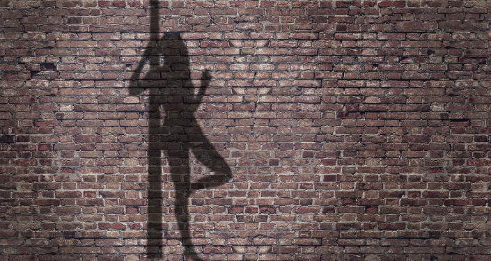 Силуэт проститутки на стене
