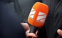 Микрофон телекомпании Рустави 2, который держит в руках журналистка