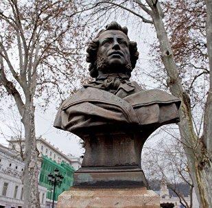 Памятник Александру Сергеевичу Пушкину в одноименном сквере в центре грузинской столицы