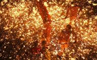 Огненное шоу из искр во время проведения китайского Фестиваля фонарей в городе Суйнин, провинция Сычуань
