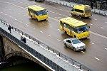 Желтые пассажирские автобусы на улицах столицы Грузии