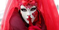 Участница Венецианского карнавала в маске