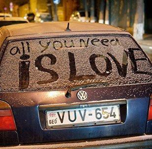 All You Need Is Love - надпись на машине на одной из тбилисских улиц
