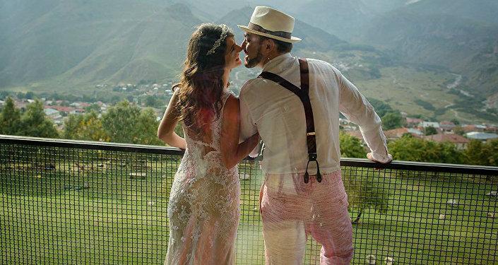 Влюбленная пара перед свадьбой в поселке Степанцминда в Казбеги
