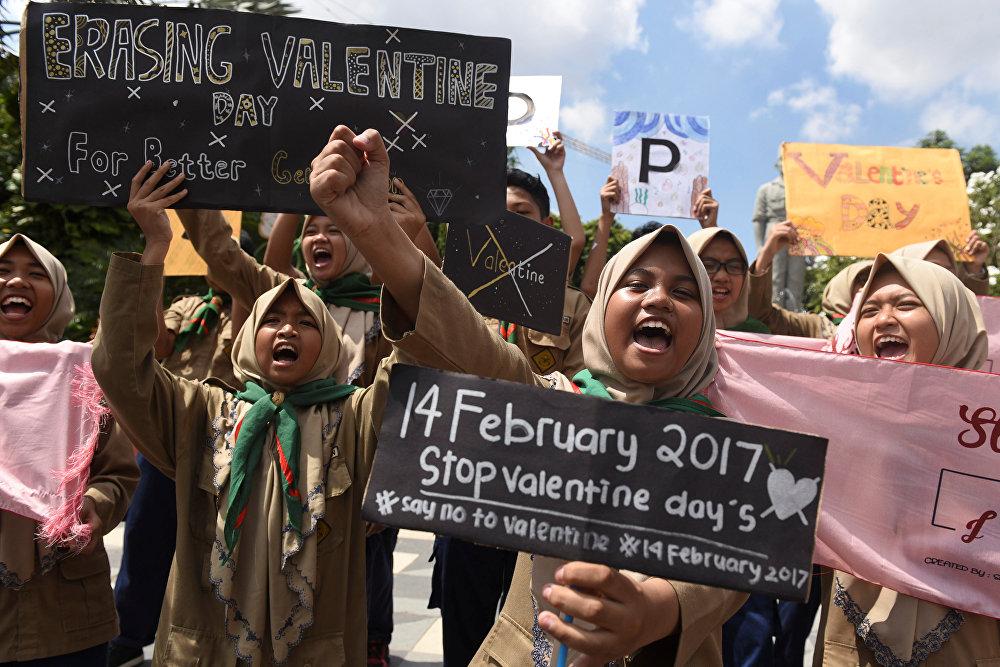 მუსლიმი სტუდენტები ქალაქ სურაბაიაში წმინდა ვალენტინის დღის აღნიშვნას აპროტესტებენ