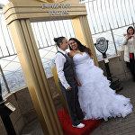 კრისტა ოუენსი და დანიელა რენო წმინდა ვალენტინის დღეს ქორწინდებიან Empire State Building ცათამბჯენის სახურავზე, ნიუ-იორკი, აშშ