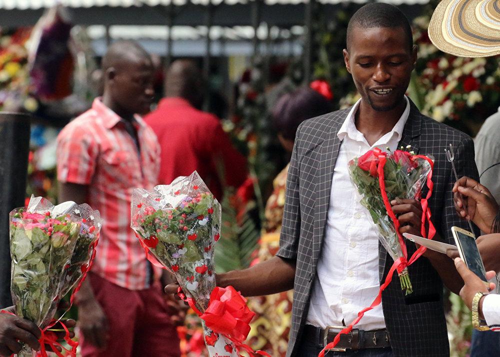 მამაკაცი სასაჩუქრედ ყვავილების თაიგულს არჩევს ქალაქ ჰარარში, ზიმბაბვე