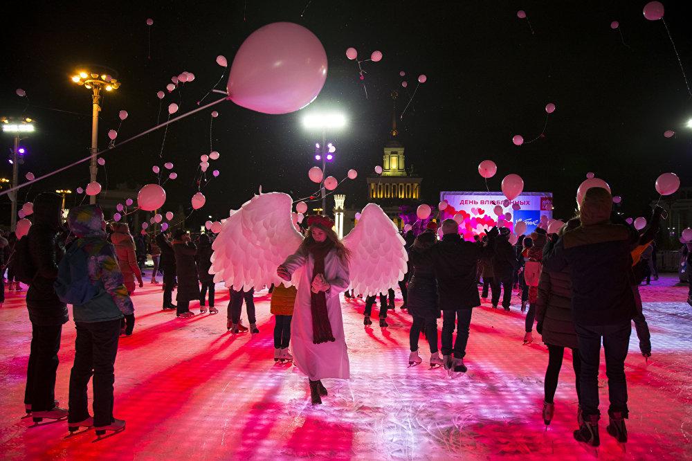 მოსკოვის ცენტრში ახალგაზრდებმა სადღესასწაულო ფლეშმობი გამართეს და ჰაერში წითელი გასაბერი ბურთები გაუშვეს