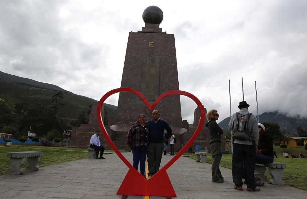 ტურისტები დიდი მშვიდობის ძეგლთან დადგმული გულის ფონზე პოზირებენ ქალაქ კიტოში, ეკვადორი
