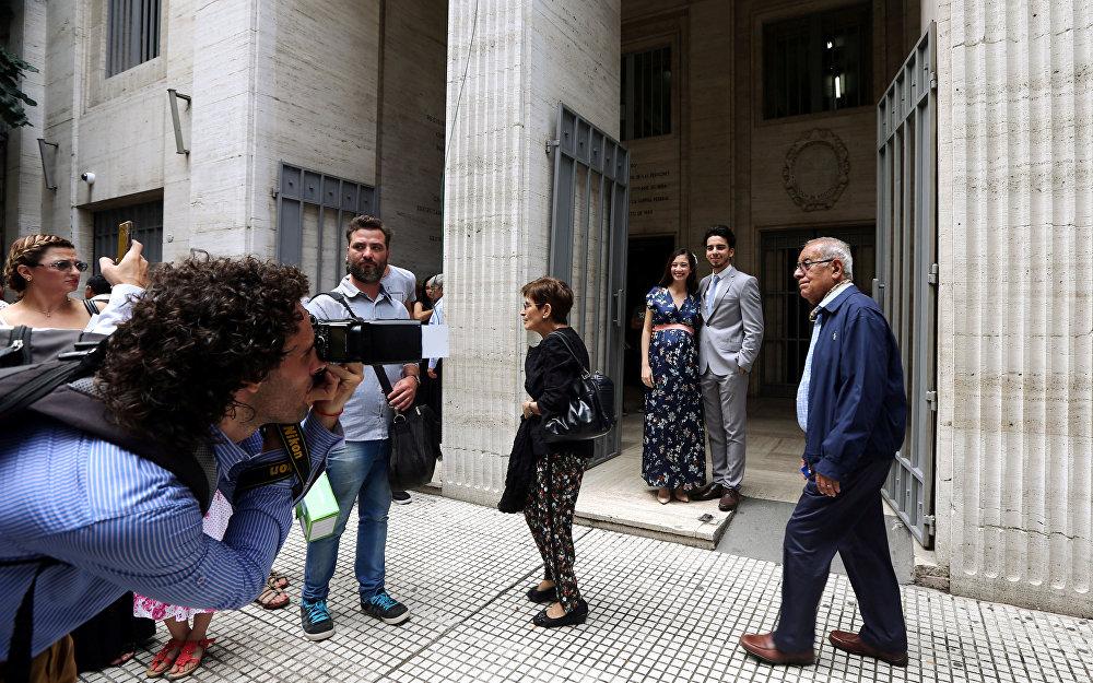მაქსიმილიანო იგლესიასი და მაკარენა ჰიმენესი ქორწინების ცერემონიის შემდეგ სურათებს იღებენ ბუენოს-აირესში, არგენტინა