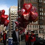 ვაჭრები ყიდიან გულის ფორმის საჰაერო ბურთებს ლოს-ანჟელესის ქუჩებში