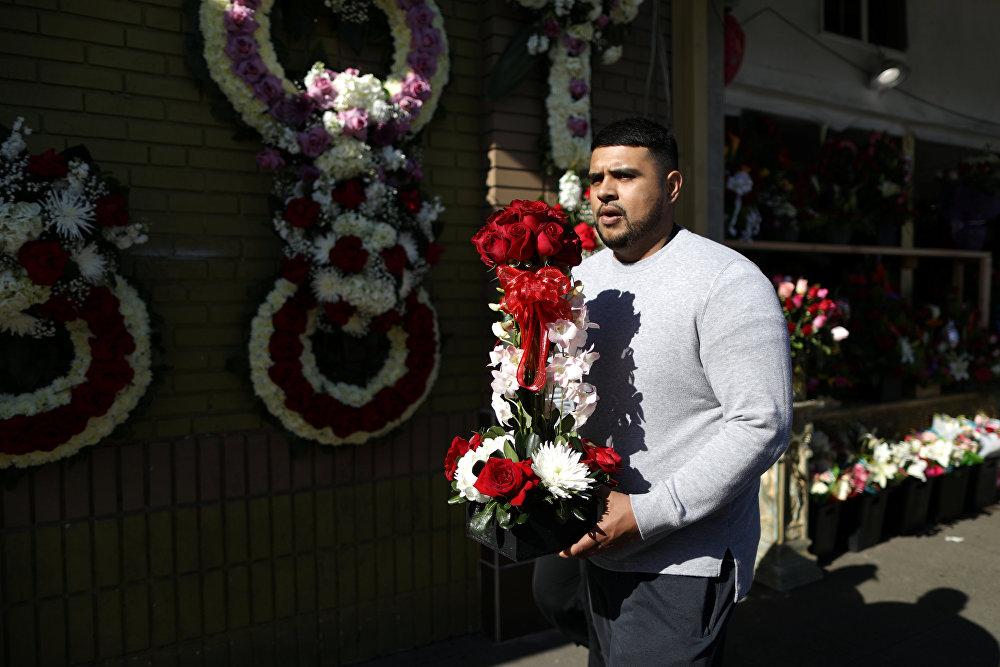 მამაკაცი ყვავილებით მიიჩქარის საყვარელ ადამიანთან ლოს-ანჟელესში, აშშ