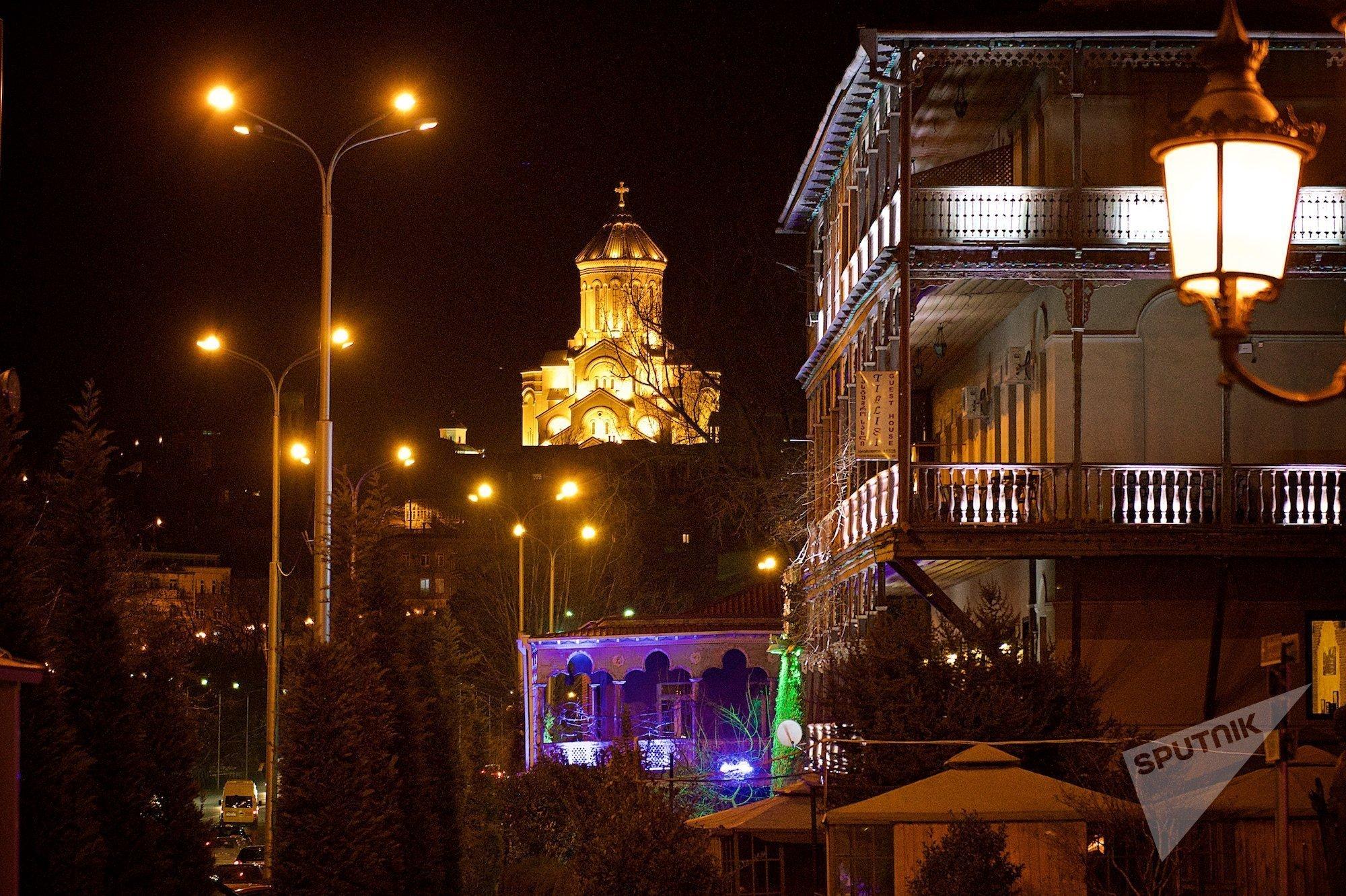 Вид на старый Тбилиси и храм Святой Троицы Самеба ночью