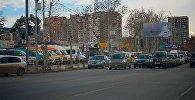 Машины на светофоре у строительного рынка Элиава на набережной Тбилиси