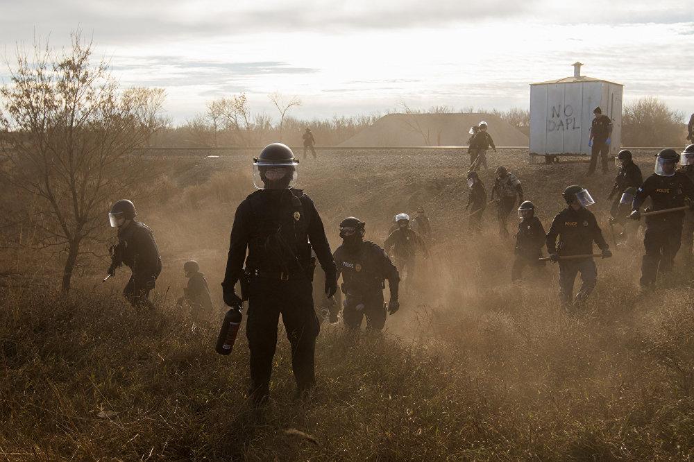 პოლიციის თანამშრომლები დაკოტაში ნავთობსადენის მშენებლობის წინააღმდეგ გამართლი საპროტესტო აქციის მონაწილეებს შლიან. პოლიციამ დემონსტრანტების წინააღმდეგ გამოიყენა რეზინის ტყვიები, წყლის ჭავლი და ცრემლსადენი გაზი. ეს სურათი ამბერ ბრეკენს ეკუთვნის. ფოტომ World Press Photo Awards 2017 კონკურსში მოიპოვა პირველი პრიზი კატეგორიაში თანამედროვე პრობლემები