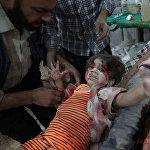 სამთავრობო არმიის და ბოევიკების ბრძოლის დროს დაბომბვის შედეგად დაშავებული ბავშვები სირიის ქალაქ დუმუს საველე საავადმყოფოში პირველადი სამედიცინო დახმარების დროს ყვირიან. ეს სურათი გადაიღო აბდა დუმანიმ სააგენტოდან Agence France-Presse. ფოტო წარმოდგენილია სერიიდან სანიტარები დაშავებულ გოგონას ეხმარებიან და მან World Press Photo Awards 2017 კონკურსში მეორე პრიზი მოიპოვა კატეგორიაში საგანგებო ახალი ამბავი