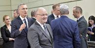 Министр обороны Грузии Леван Изория и Генеральный секретарь НАТО Йенс Столтенберг в Брюсселе