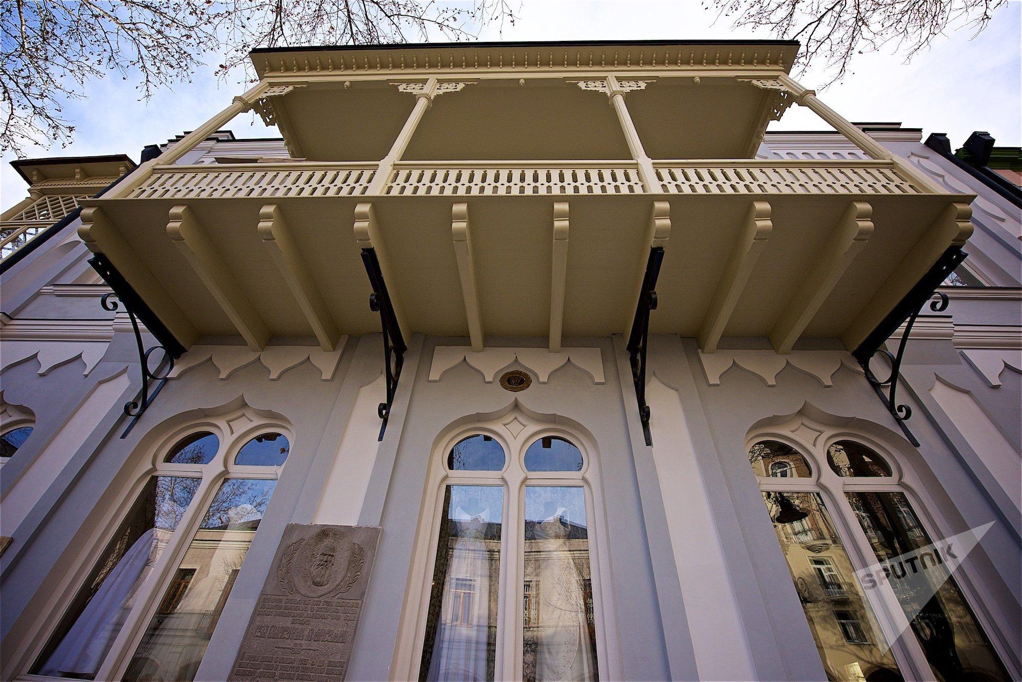Фасад дома, в котором в Тбилиси жил Лев Толстой, недавно был отреставрирован. В нем расположен магазин свадебных платьев, а в подвале - детский театр