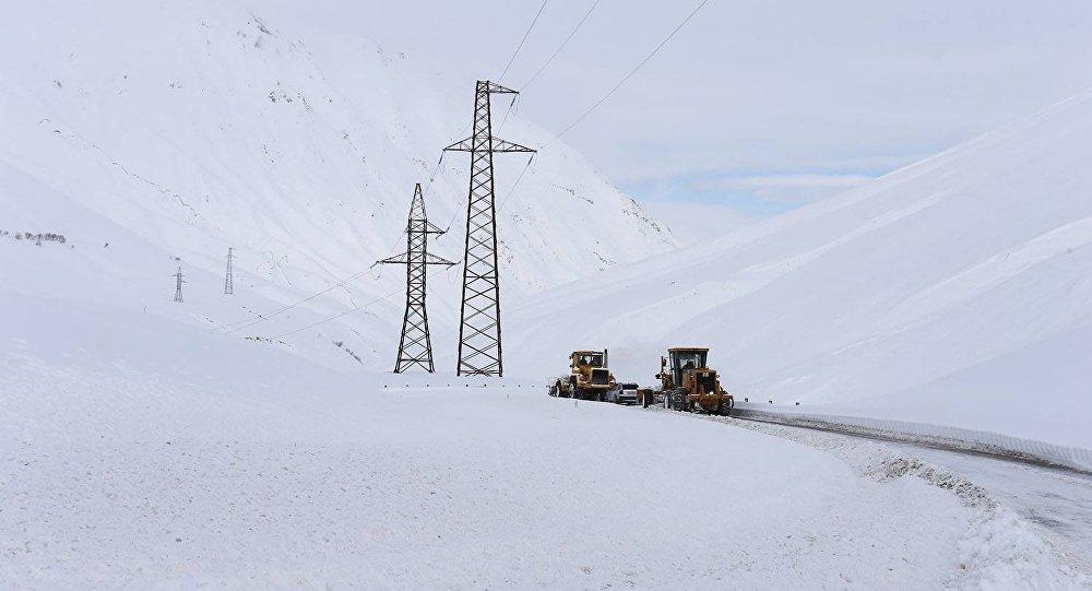 Спецтехника расчищает снег на дороге