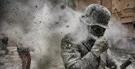 """Фестиваль """"Мучная война"""" уже 200 лет ежегодно проводится в декабре в городе Иби в Испании. Две враждующие группы обсыпают друг друга мукой, закидывают яйцами и цветными дымовыми шашками. Это фото Антонио Гиботта из Agenzia Controluce завоевало вторую премию World Press Photo Awards 2017 в категории """"Люди"""""""