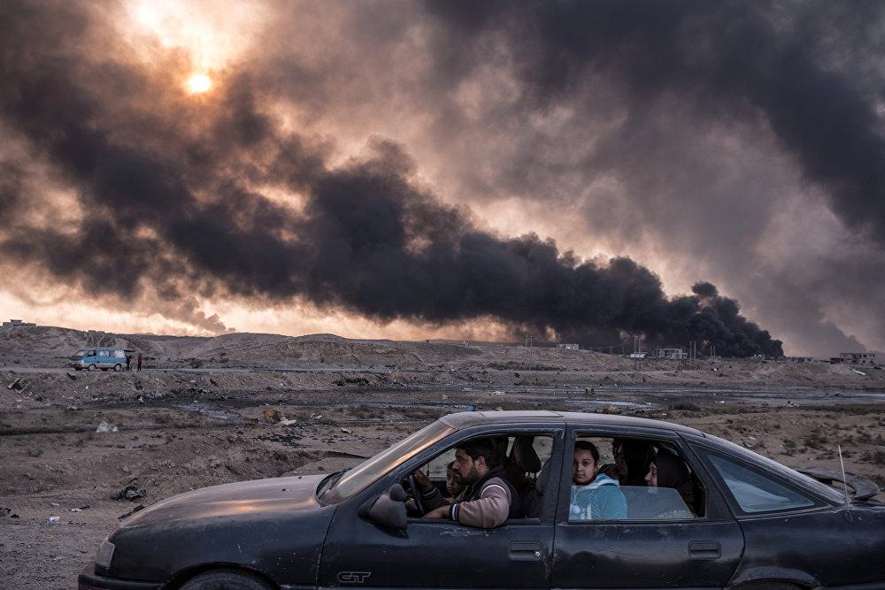 ერთ-ერთი ოჯახი ცდილობს ომით მოცული ერაყის ქალაქი მოსული დატოვოს, სადაც ნავთობის საბადოები იწვის, მილიონზე მეტი მოსახლე კი ხაფანგში აღმოჩნდა სასმელი წყლისა და საკვების ნაკლებობის გამო. ეს ფოტო სერგეი პონომარევმა გადაიღო გაზეთისათვის New York Times და ის წარმოდგენილია სერიიდან ბრძოლა ერაყში. სურათმა World Press Photo Awards 2017 კონკურსშუ მეორე პრიზი მოიპოვა ჯატეგორიაში საერთო სიახლეები