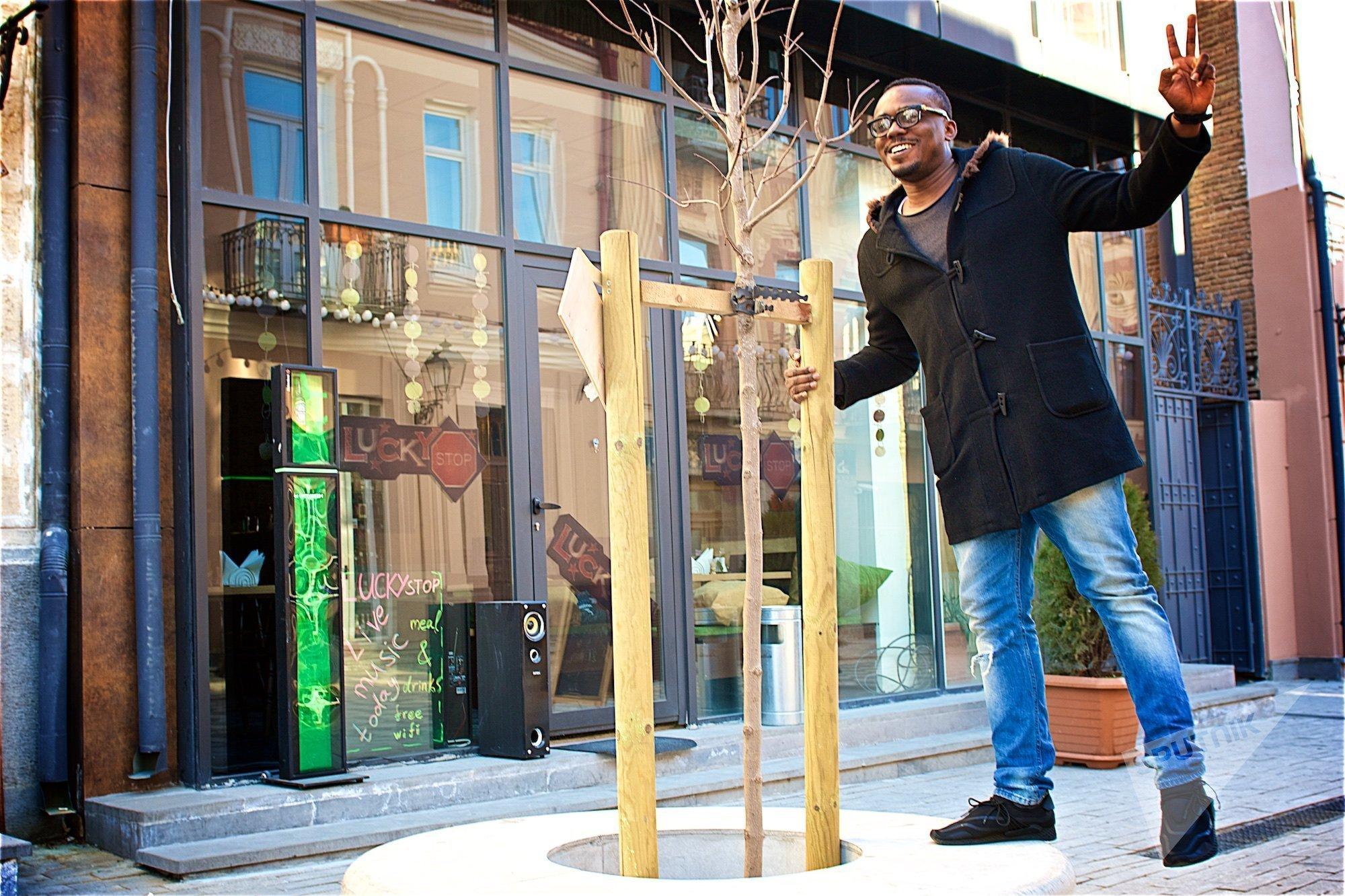 Гражданин Нигерии Джое Атума, проживающий в Грузии, на одной из тбилисских улиц