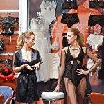 У одного из стендов на Международной выставке нижнего белья и купальников Lingerie Show-Forum - 2017 в Москве