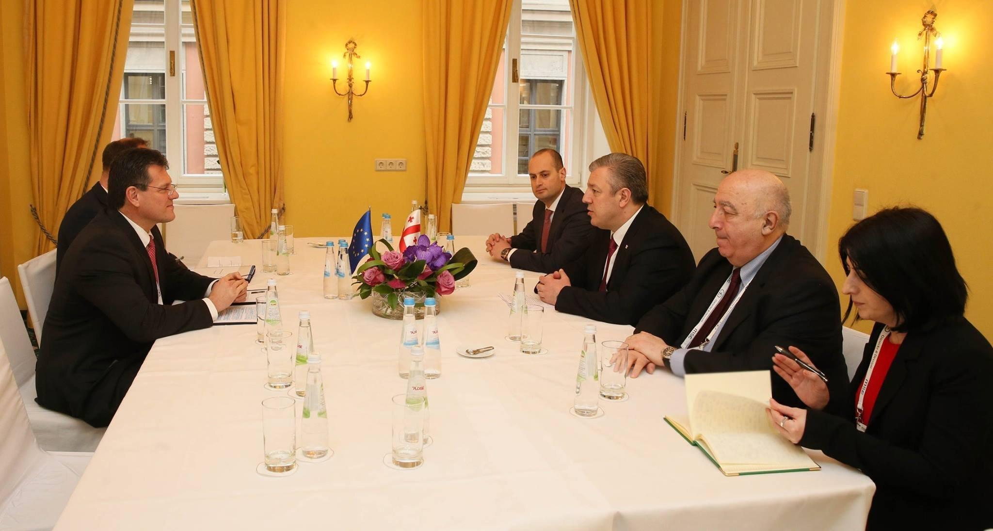 Премьер Грузии Георгий Квирикашвили и вице-президент Еврокомиссии по вопросам Энергетического союза Марош Шефчович