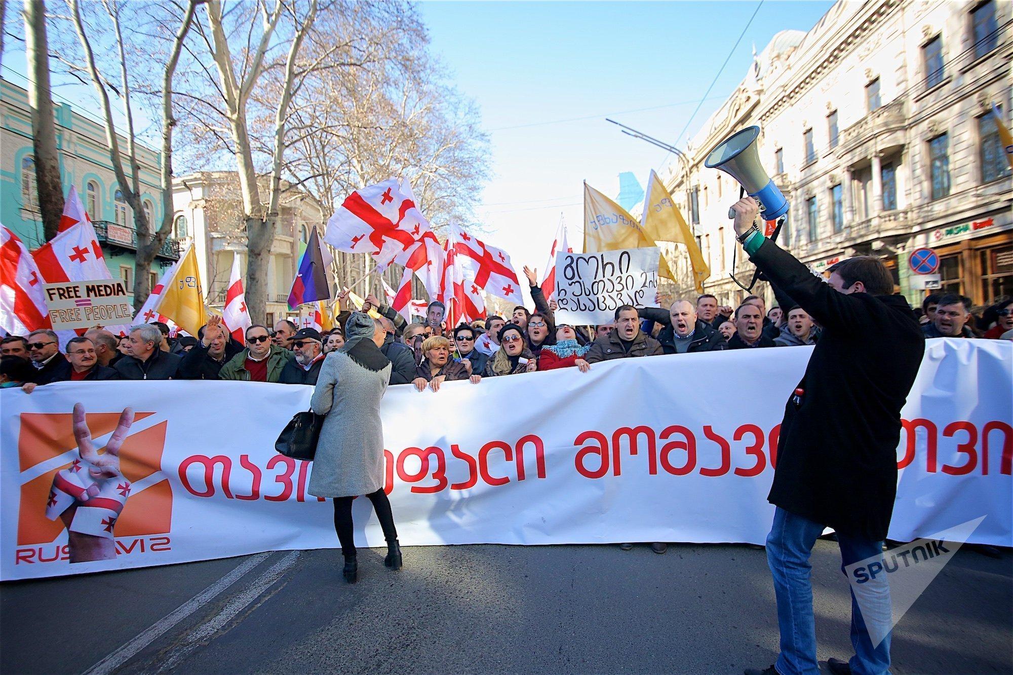 Шествие сторонников телекомпании Рустави 2 по проспекту Руставели