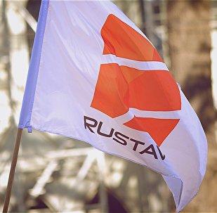 Флаг с логотипом компании Рустави 2 на акции в поддержку телекомпании
