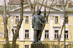 Памятник Александру Герцену напротив Литературного института на Тверском бульваре