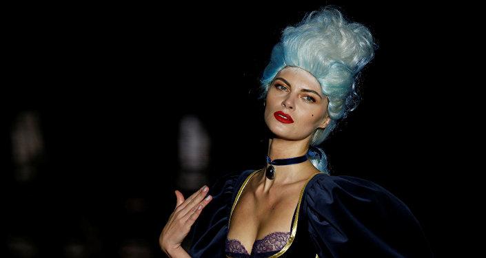 В Мадриде стартовала неделя высокой моды. В течение недели в рамках показов будут представлены коллекции 42 дизайнеров и 24 марок. На фото - модель представляет коллекцию Андреса Сарда