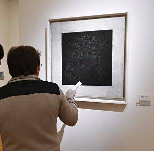 Посетители Государственной Третьяковской галереи на Крымском Валу у картины Чёрный квадрат