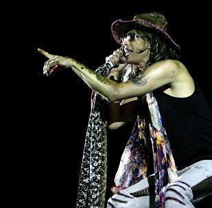 Вокалист группы Aerosmith Стивен Тайлер выступает на концерте в Бангалоре, Индия