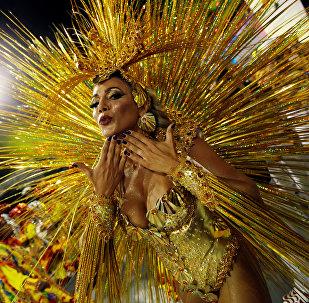 Выступление артистов школы самбо Tom Maior во время карнавала в Сан-Паулу, Бразилия