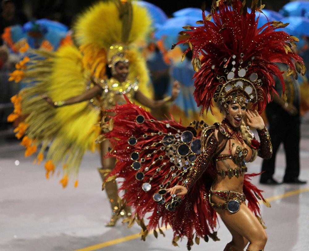 Однако не исчезает и традиция уличного карнавала, в котором могут участвовать все желающие - хотя сегодня все несколько изменилось